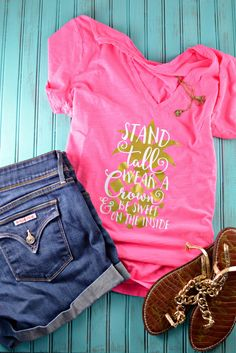 Be A Pineapple - Stand Tall, Wear a Crown, & Be Sweet On The Inside. Sounds like a great life motto and is the perfect saying for a DIY summer tee.  Create this fun summer outfit with your Silhouette Cameo or Cricut using Heat Transfer Vinyl.