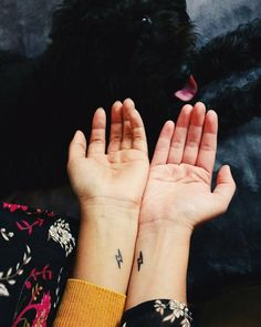 Tiny Matching Tattoos For Sisters Who Are Also BFFs - Top tattoo models Unique Sister Tattoos, Friend Tattoos Small, Matching Tattoos For Sisters, Tattoos For Friends, Small Matching Tattoos, Small Couple Tattoos, Matching Couples, Twin Tattoos, Sibling Tattoos