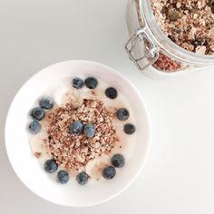 granola Sandra Bekkari. Meng volgende ingrediënten in een kom: 3el gesmolten kokosvet, 350gr havermout, 100gr gemalen noten, 4el lijnzaad, 4el pompoenpitten, 1el kaneel en 2el honing. Leg het mengsel op een bakplaat bekleed met bakpapier: 180° - 20min. Laten afkoelen en je granola in een grote pot gieten, je kan er 2 à 3 weken van smullen! Granola, Muesli, Good Morning Breakfast, Breakfast On The Go, Good Food, Yummy Food, Go For It, Happy Foods, Healthy Recipes