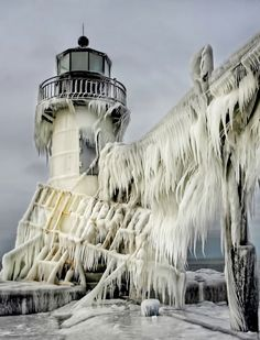"Обледеневший маяк ""Святого Иосифа"" на озере Мичиган, США Frozen St. Joseph Lighthouse on Lake Michigan, USA"