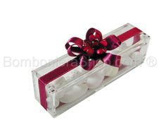 Scatolina plexi portaconfetti confezionata con fiore rosso e nastro rosso corallo