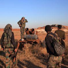 Soldati dell'esercito siriano ispezionano un lanciarazzi artigianale durante un'operazione militare contro i combattenti del gruppo Stato islamico alla base di Kweyris, a est di Aleppo
