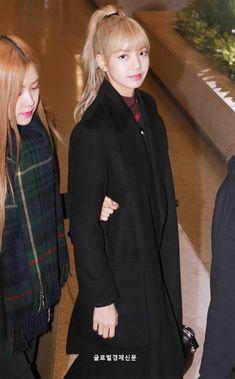 See press photos and videos of BLACKPINK at Incheon International airport back from Thailand on January 2019 Fashion Idol, Blackpink Fashion, Fashion News, Yg Entertainment, South Korean Girls, Korean Girl Groups, Blackpink Thailand, Rapper, Lisa Blackpink Wallpaper