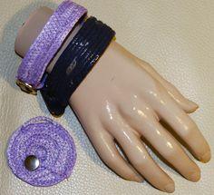 Ria, armbanden genaaid van plastiek zakken, repen plastiek wikkelen om touw en zigzaggen maar!