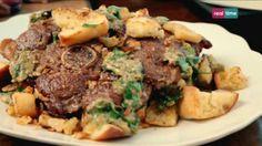 Cucina con Ramsay # 41: Agnello con pane fritto Chi avrebbe mai pensato che un taglio poco costoso e una pagnotta rafferma potessero creare qualcosa di cosi saporito? INGREDIENTI: 2 bistecche di coscia d'agnello Olio di oliva per friggere 2 spicchi di aglio non sbucciati ma solo schiacciati 200 gr. di pane bianco rustico, tagliato a dadini 3-4...