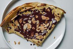 La meilleure recette de Crêpes au chocolat et aux amandes! L'essayer, c'est l'adopter! 5.0/5 (1 vote), 2 Commentaires. Ingrédients: 250 g de farine     3 oeufs     25 g de beurre     60 cl de lait     50 g de sucre vanillé     1/2 cc de bicarbonade de soude     une petite pincée de sel     une cs de kirsch     une tablette de chocolat noir     une poignée d' amandes effilées