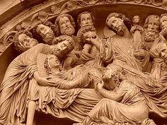 Tránsito de la Virgen, catedral de Estrasburgo, destaca el tratamiento de los cuerpos mediante vestidos de múltiples pliegues finos y la gran expresividad con la que las actitudes de los personajes dotan la escena.
