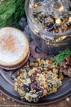 Proste i naprawdę ekspresowe ciasteczka bakaliowe bez mąki, cukru i tłuszczu to pyszna propozycja zdrowych, świątecznych słodkości po które z przyjemnością będą