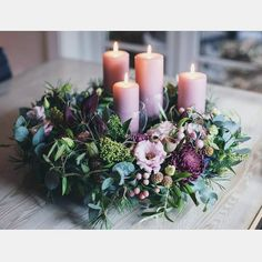 New courses on the program! After inquiries, several wreaths and decoration courses have now come to the webshop 💚 Visit shop.dk for dates. Christmas Flower Arrangements, Holiday Centerpieces, Christmas Flowers, Christmas Candles, Black Christmas Decorations, Christmas Advent Wreath, Christmas Time, Christmas Crafts, Advent Candles
