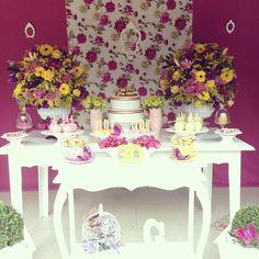 Composição entre as cores Amarelo, Rosa e Roxo para um lindo arranjo de flores
