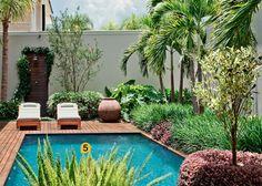 Neste quintal, a piscina é emoldurada por um paisagismo tropical – Paisagismo… In this backyard, the pool is framed by a tropical landscaping – Landscaping – this Swimming Pool Landscaping, Tropical Landscaping, Landscaping With Rocks, Modern Landscaping, Backyard Landscaping, Landscaping Ideas, Pool Landscape Design, Garden Design, Piscina Diy