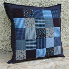 Tmavě modrý polštář Tmavě modrý patchworkový polštář z bavlny, rozměr 40x40 cm. Zapínání na suchý zip, spodní strana stejné barvy jako lem.  Možno dokoupit výplň zde.