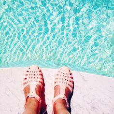 Méduses roses en plastique Asos / Sicily lifestyle voyage dollyjessy, Plastic shoes Swimming pool