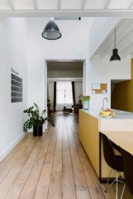 BINNENKIJKEN. Krap rijhuis wordt baken van licht - De Standaard Mobile Monochrome Interior, Cosy Interior, Kitchen Interior, Kitchen Design, Interior Design, Beautiful Kitchens, Beautiful Interiors, Interior Architecture, Interior And Exterior