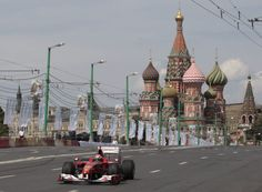 Fisichella al volante de un Ferrari en la exhibición de fórmula 1 celebrada junto al Kremlin en Moscú.  SERGEI KARPUKHIN (REUTERS)
