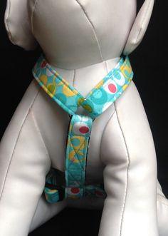 Para que correa haga clic en el siguiente enlace  https://www.etsy.com/listing/176327063/dog-leash-aqua-apple-green-double-dot  Este arnés ajustable perro se venden con o sin la flor.  El arnés del perro ajustable está hecho de una tela de algodón de doble punto de Aqua. Utilizo entretela pesada, calidad niquelado anillos días y desacople un lado curvo. Talla L está cosida en las correas de polipropileno negro.  El arnés del perro es caja de costura en todos los puntos de tensión que hace mi…