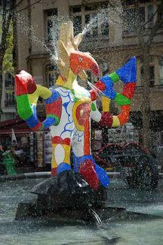 Niki de Saint Phalle crée avec Jean Tinguely, la fontaine de la Place Igor Stravinsky, à côté du Centre Georges Pompidou à Paris.    NIKI de Saint PHALLE    Neuilly-sur-Seine, France,le…