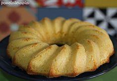 Aqui em casa os bolos que eu mais faço são os mais simples porque são os preferidos do Marcelo. Sem recheio, sem cobertura, bem simples mesmo, sabe bolo pra acompanhar café? E o bolo de fubá é um …