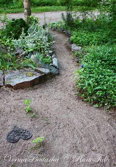 Voimapuutarhan hiekkapolku. Powergardens sandy path.