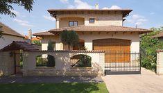 A kertvárosi utcaképből már messziről kitűnik ez a mediterrán vidékekre jellemző családi ház