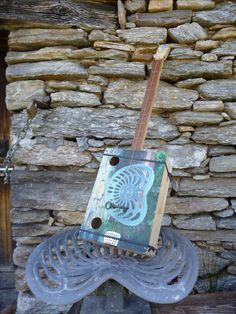 didley acustico con scala diatonica riprende l'immagine della panca realizzata con i sedili di vecchi trattori.