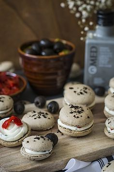 Macarons de aceitunas negras 7 Macarons, Cream Cheeses, Almonds, Pasta With Tuna, Olive Oil, Places, Macaroons