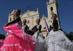 Danza guaraní. Belleza y gracia de las bailarinas ataviadas con el traje típico de nuestro país, con la Catedral de fondo. Foto: Carlos Benítez/Diario Última Hora