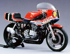 いよいよ梅雨が明け、夏が来ますね。日本の夏と言えば【鈴鹿8耐】。今年の鈴鹿8耐は7月28日(フリー走行)~7月31日(決勝)までの開催です。その直前ということで、地元鈴鹿で数々の勝利を重ねてきたホンダの歴代耐久レーサーを、その源流から駆け足でお届けします! CB750(1973年) 「CB750レーサー」(1973年)のデイトナ200マイル6位入賞車(伝説のライダー隅谷守男選手が乗車)。1973年と言えば、未だ鈴鹿8耐は開催されていないのですが、コレが今日まで続くホンダ耐久レーサーの源流ということで掲載します。 CB500R(1975年) コチラは、隅谷選手が開発に携わった「CB500R」。RSC(HRCの前身である)の手により、当時のホンダのお家芸とも言えるバルブのギア駆動化を実施(3バルブ化)。排気量も750ccにまでアップされていました。 RCB1000(1976年) ホンダは1967年のWGP撤退以降、国際レースから姿を消していましたが、1975年11月にHERT(Honda Endurance Racing…