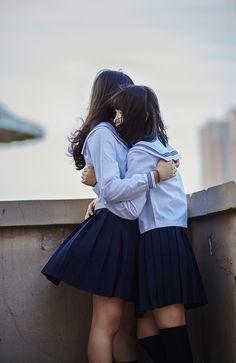 女の子と制服