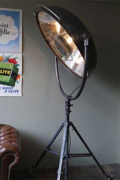 tres grande lampe scialytique bbt sur pied