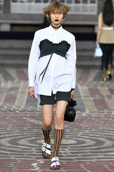 The complete Kenzo Spring 2018 Ready-to-Wear fashion show now on Vogue Runway. Fashion 2018, Runway Fashion, Spring Fashion, Fashion Trends, Paris Fashion, Kenzo, Tomboy Fashion, Fashion Outfits, Work Fashion