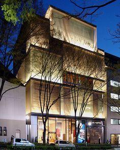 青木淳 Louis Vuitton Omotesando, Tokyo by Jun Aoki, 2002 Mall Facade, Retail Facade, Shop Facade, Building Facade, Building Design, Architecture Du Japon, Retail Architecture, Facade Architecture, Modern Buildings