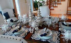 déco table Noël élégsnte en argent, blanc et bleu marine
