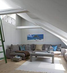 Med hele 14 takvinduer blir sofakroken et lystig hjørne. Her er det bare å åpne vinduene, og slippe solstrålene inn. En perfekt plass til å ligge henslengt med en god bok.