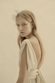 Esperanza, el vestido imperio de piel de ángel con escote cruzado en V y espalda escotada.  One of Cortana's bridal dresses with a low cut back.  Vestidos de novia | Diseño trajes de novia | Cortana