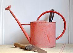 Vintage Red Watering Can, par Petits Détails via Flickr.