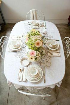 une nappe de table en lin de couleur blanche, décoration pour la table, chaises en fer forgé