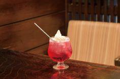 浅草には、炭酸ジュースにアイスをのせた懐かしのドリンク「クリームソーダ」が楽しめるお店がいっぱい!今回は老舗喫茶にカフェ、日本料理店まで、クリームソーダが楽しめる浅草のお店をご紹介。