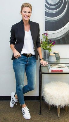 Outfit jeans 5 Little Ways to Elevate a Basic T-Shirt and Jeans erin andrews wears tailor blazer with jeans and tshirt cropped Casual Friday Work Outfits, Jeans Outfit For Work, Dress Up Jeans, Summer Work Outfits, Business Casual Outfits, Outfit Jeans, Work Casual, Navy Blazer Outfits, Jean Shirt Outfits