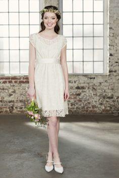 Das kurze Brautkleid Amandine besteht aus feiner Spitze und zartem Seidensatin