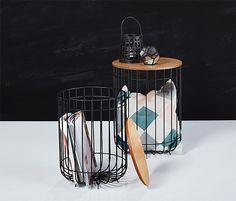 1990 Kč | Dvojnásobně praktický stolek, a to hned ve dvojím vydání: oba odkládací stolky s konstrukcí z dekorativního drátu mají desku z dubového dřeva s dýhovaným povrchem. Deska může sloužit i jako odnímatelné víko.
