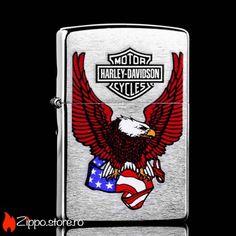 Zippo Harley-Davidson Flag este o bricheta Zippo originala, realizata cu un finisaj brushed chrome. Designul spectaculos prezinta vulturul ce tine steagul Americii si sigla faimosului brand de motociclete.