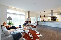 Modernt hus med öppen planlösning och en värmande eldstad i täljsten, Contura i41T. Ser riktigt bra ut.