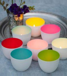 Déposez une touche de couleurs chez vous avec ces bougeoirs aux coloris pop. Une fois la bougie allumée, les bougeoirs diffusent une lumière douce et agréable. Blancs à l'extérieur, ils pétillent à l'intérieur.