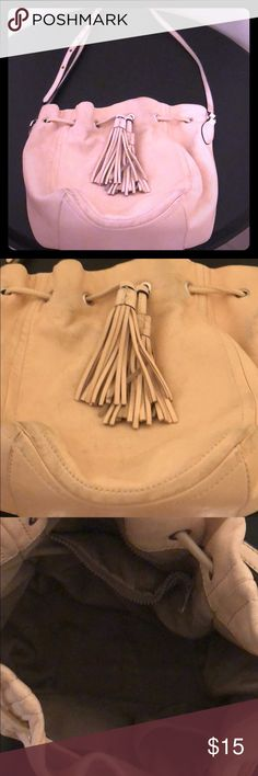 J Crew small purse 👛 Purse (cream rose color) is in good condition but as you can see through the picture the leather is worn.. not sure if there is a good product to be fully clean. Let me know if you have any questions.😃 J. Crew Bags Mini Bags