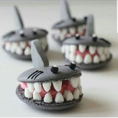 Shark week macarons by . Its so amaziiing! She has talented. … Shark week macarons by . Its so amaziiing! She has talented. I love her work. Macaron Cookies, Cake Cookies, Cupcakes, Gateau Harry Potter, Cookie Recipes, Dessert Recipes, Delicious Desserts, Yummy Food, Shark Cake
