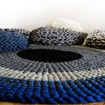 Alfombra de trapillo en crochet hecha con los brazos
