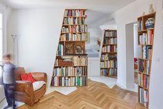 boekenkasten | gebruik maken van schuine muren | woonkamer | appartement | Parijs