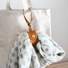 Handmade market + memory (memory) - Leather handmade - Welcome Haar Design Handmade Market, Handmade Bags, Leather Gifts, Leather Bag, Handmade Leather, Leather Accessories, Leather Jewelry, Crea Cuir, Scarf Holder