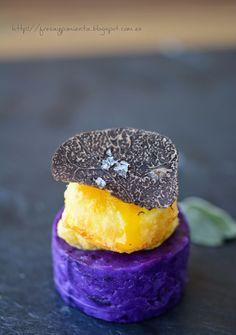 fresa & pimienta: Yema líquida en tempura con trufa negra y patata violeta